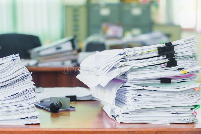O montão dos papéis trabalha documentos da pilha na mesa de escritório, no faturamento dos documentos de negócio e no exame para  imagens de stock royalty free
