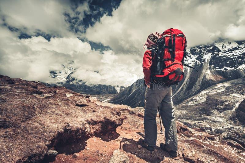 O montanhista ao lado do acampamento base de Everest nepal fotos de stock