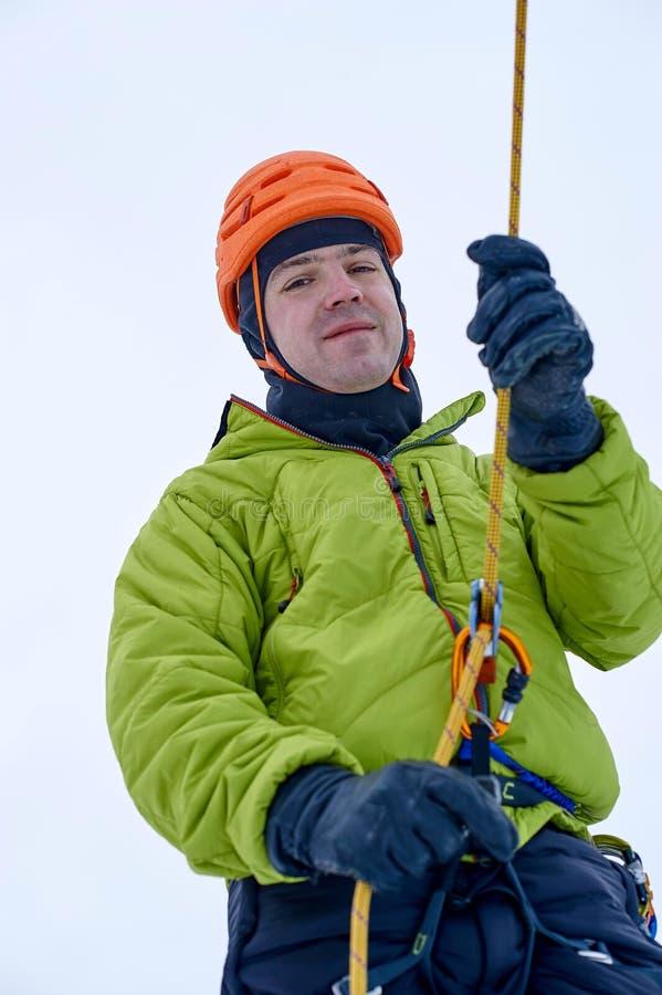 O montanhista de gelo amarra com uma corda e clica acima As mãos fecham-se acima fotos de stock royalty free