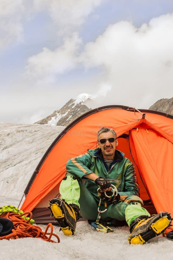 O montanhista na barraca contra montanhas Altai foto de stock
