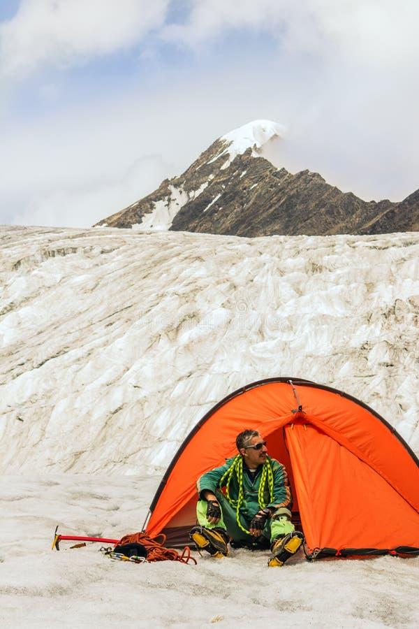 O montanhista prepara o equipamento para a ascensão na parte superior fotos de stock royalty free