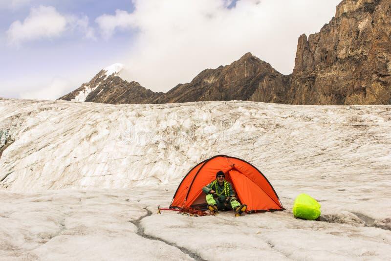 O montanhista prepara o material desportivo em competições fotografia de stock royalty free