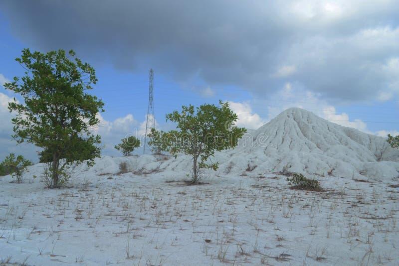 O monte das areias brancas no lago kaolin, província de Bangka Belitung, Indonésia fotografia de stock royalty free
