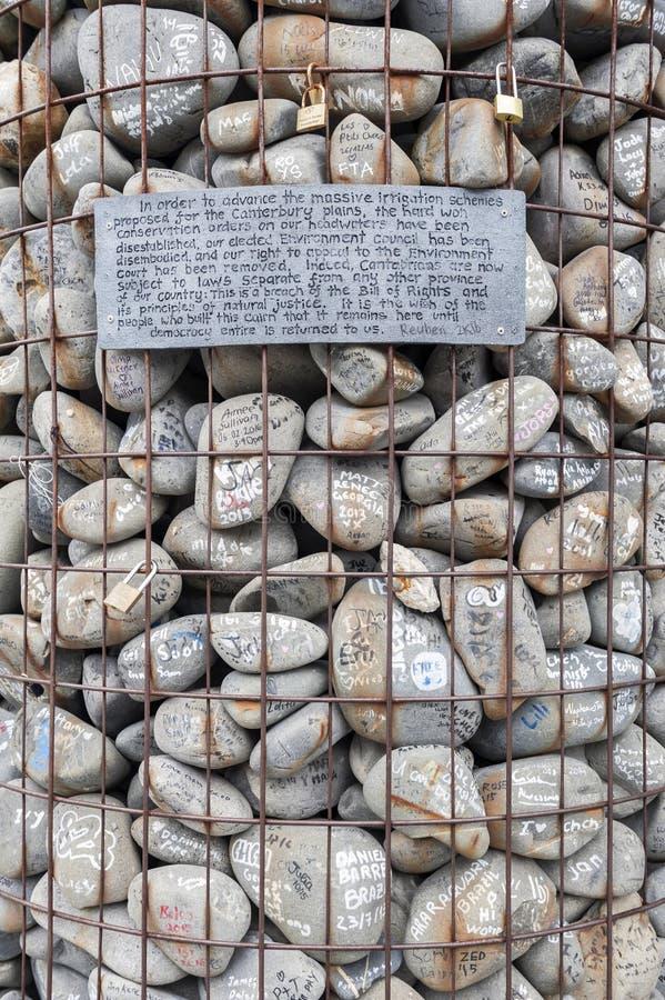 O monte de pedras de pedra colocado no quadrado da catedral para protestar contra o despedida de conselheiros de Canterbury do am foto de stock royalty free