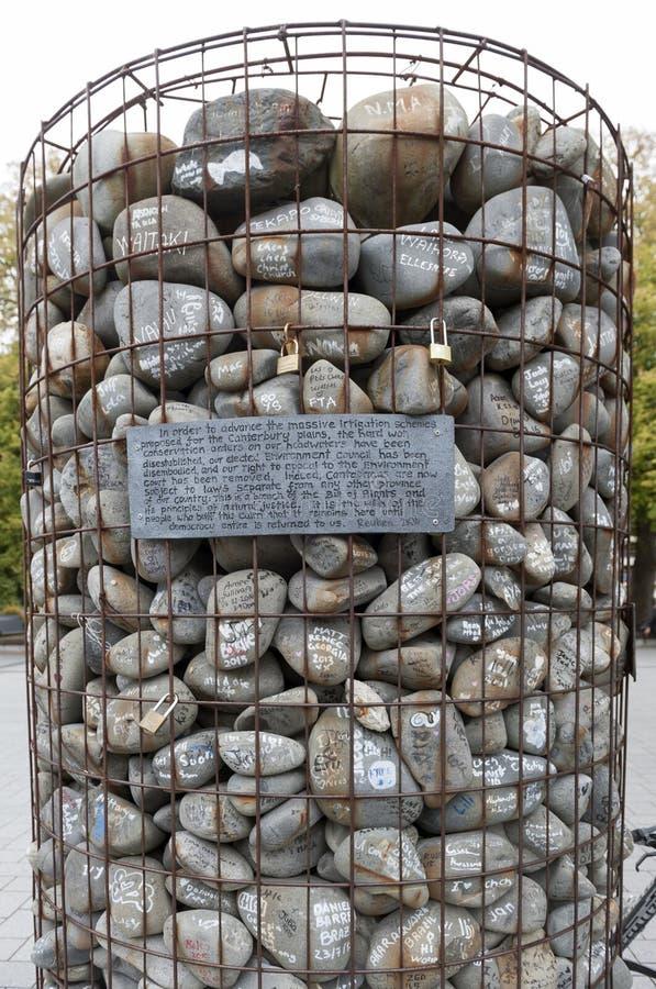 O monte de pedras de pedra colocado no quadrado da catedral para protestar contra o despedida de conselheiros de Canterbury do am fotos de stock royalty free