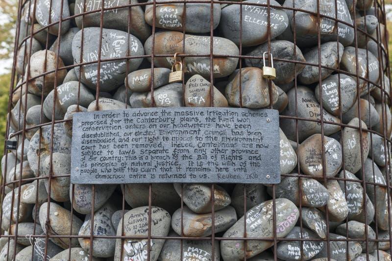 O monte de pedras de pedra colocado no quadrado da catedral para protestar contra o despedida de conselheiros de Canterbury do am fotos de stock
