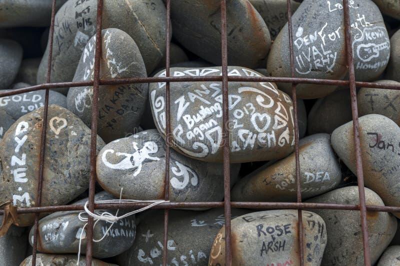 O monte de pedras de pedra colocado no quadrado da catedral para protestar contra o despedida de conselheiros de Canterbury do am imagem de stock royalty free