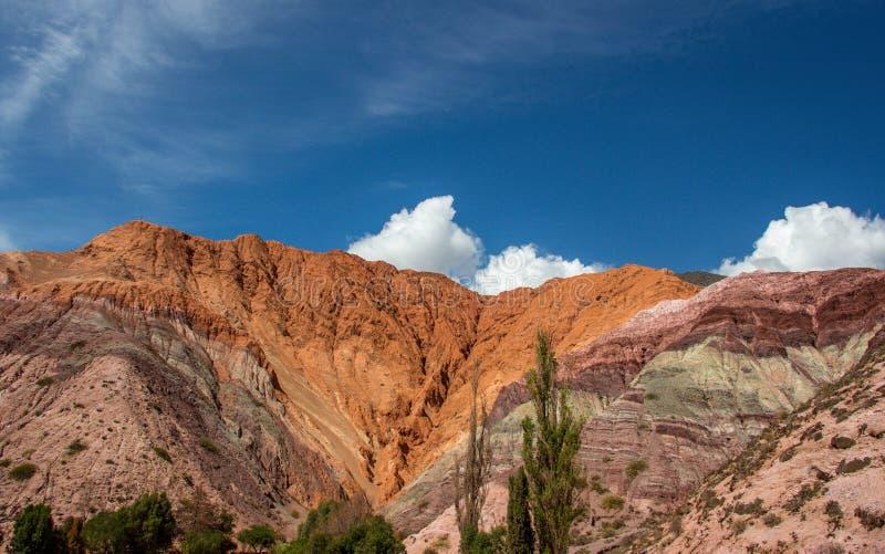 O monte de sete cores Montanhas coloridas em Purmamarca, Jujuy, Argentina foto de stock