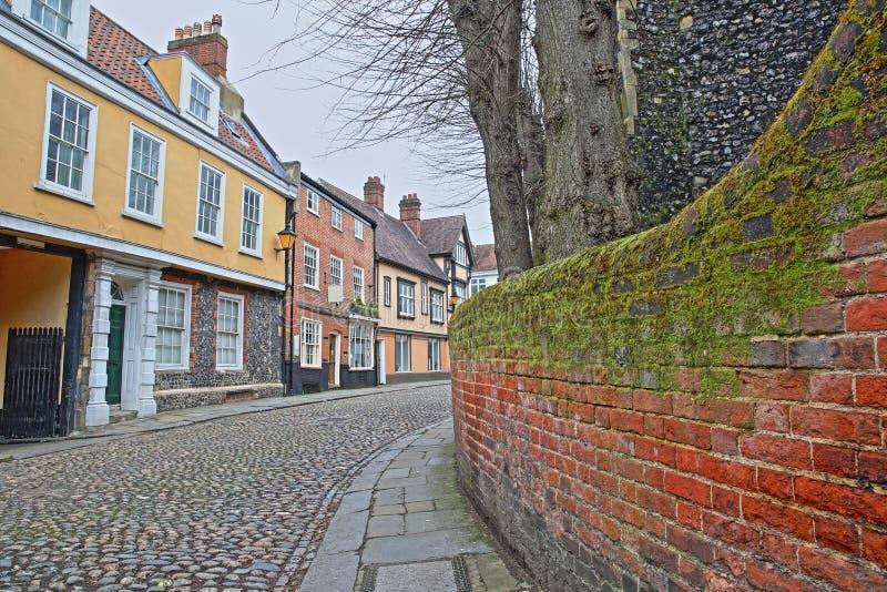 O monte do olmo cobbled a rua com as casas medievais do período de Tudor imagem de stock