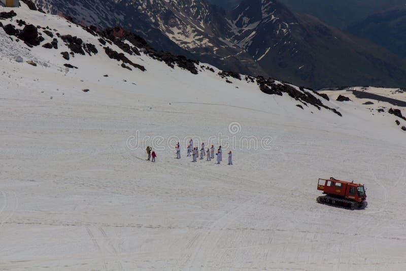 2014 07 o Monte Elbrus, Rússia: Os atletas do karaté conduzem o treinamento na inclinação do Monte Elbrus imagem de stock royalty free