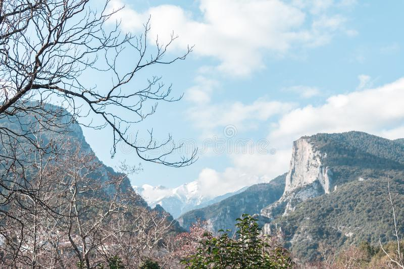 O Monte Olimpo como visto da terra coberta nas nuvens fotos de stock royalty free