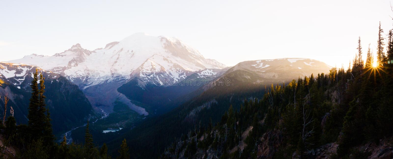 O Monte Rainier e por do sol foto de stock