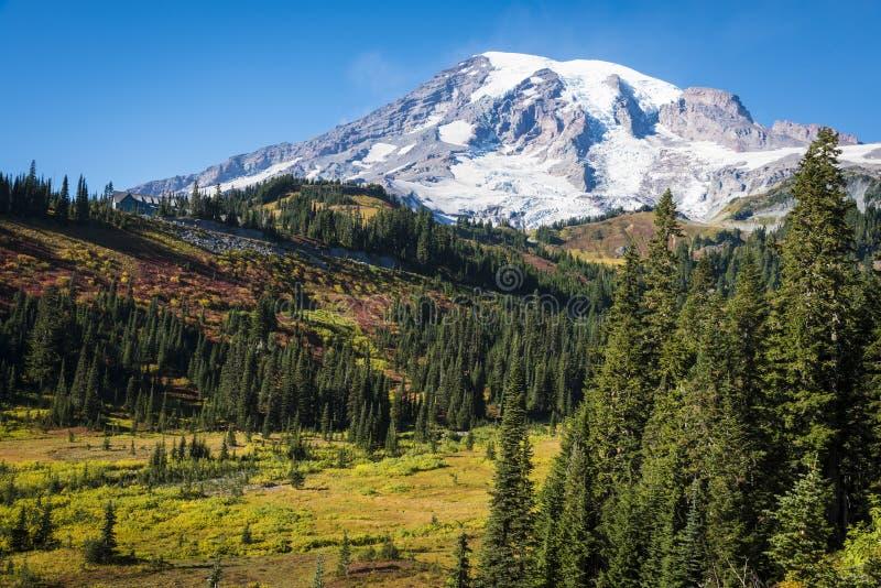 O Monte Rainier no outono fotos de stock royalty free