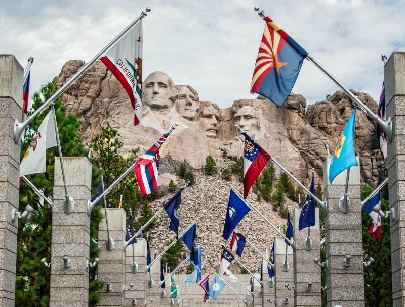 O Monte Rushmore com bandeiras de país fotografia de stock