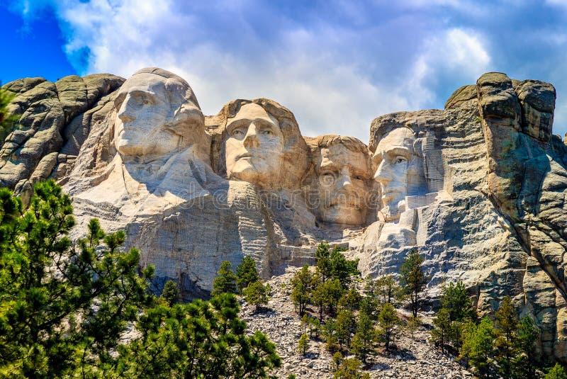 O Monte Rushmore, nebuloso com céus azuis fotos de stock