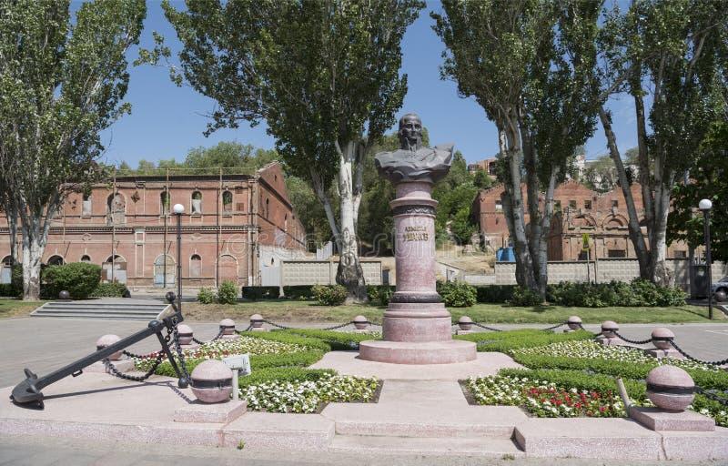 O monumento ao almirante Ushakov contra o contexto de Paramon fotos de stock