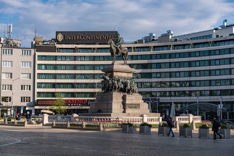 O monumento ao libertador Alexander do czar II É o monumento imponente dos russos que o imperador se senta a cavalo na cidade fotos de stock