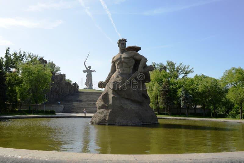 O monumento as chamadas da pátria! escultura de um soldado soviético a lutar à morte! na aleia da memória na cidade do Vol imagem de stock royalty free