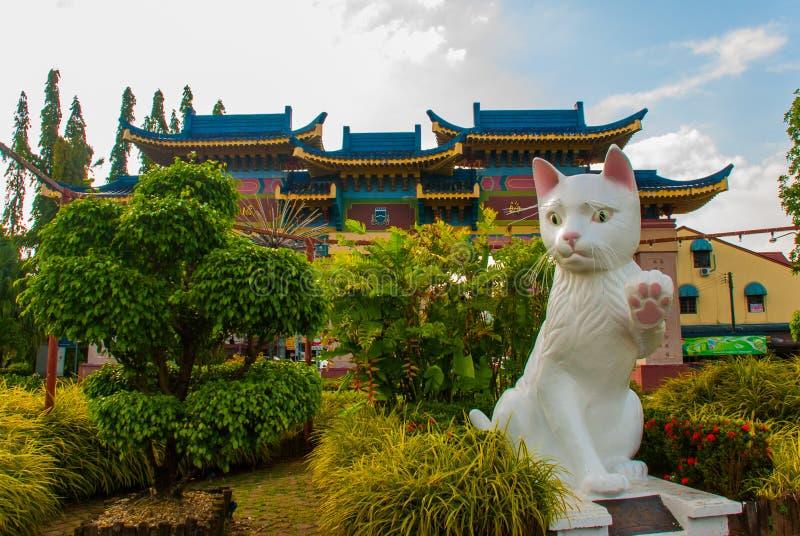 O monumento branco do gato é o Conselho Municipal sul Cat Statue de Kuching Sarawak Malásia imagens de stock royalty free