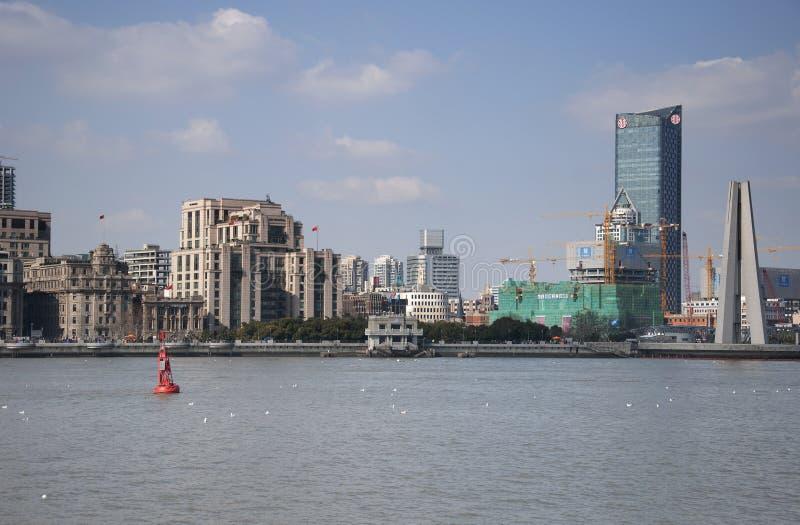 O monumento da barreira e do pessoa em Shanghai fotos de stock royalty free