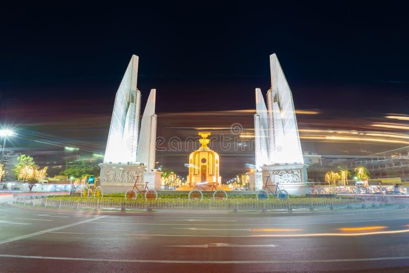 O monumento da democracia na noite do th Banguecoque, Tail?ndia imagem de stock royalty free