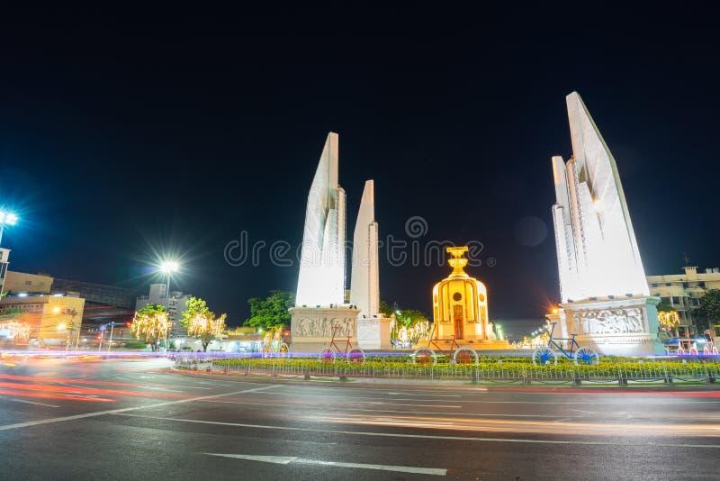 O monumento da democracia na noite do th Banguecoque, Tail?ndia fotografia de stock royalty free