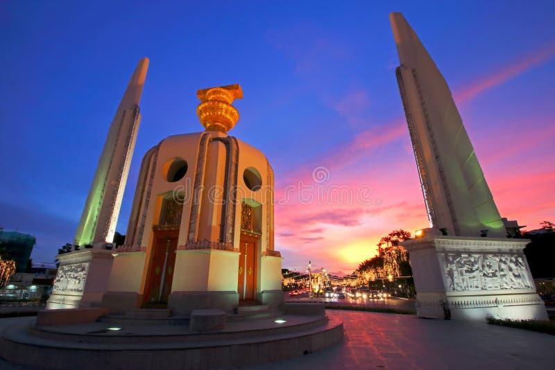 O monumento da democracia no por do sol Banguecoque, Tailândia fotografia de stock