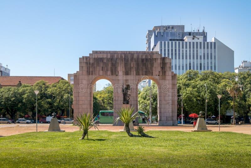 O monumento de Expedicionario arqueia no parque de Farroupilha ou no parque de Redencao em Porto Alegre, Rio Grande do Sul, Brasi fotografia de stock royalty free