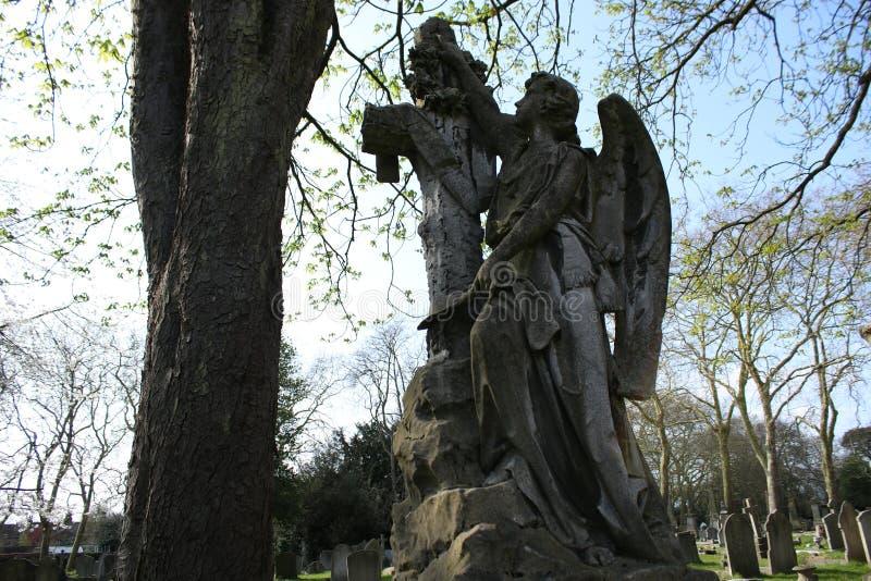 O monumento de um anjo em um cemitério em Londres fotos de stock royalty free