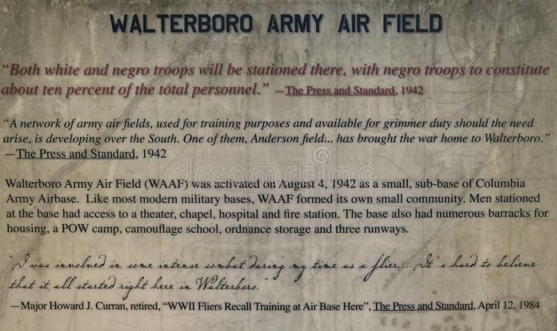 O monumento do aeródromo do exército de Walterboro explica a história de WWII imagens de stock royalty free