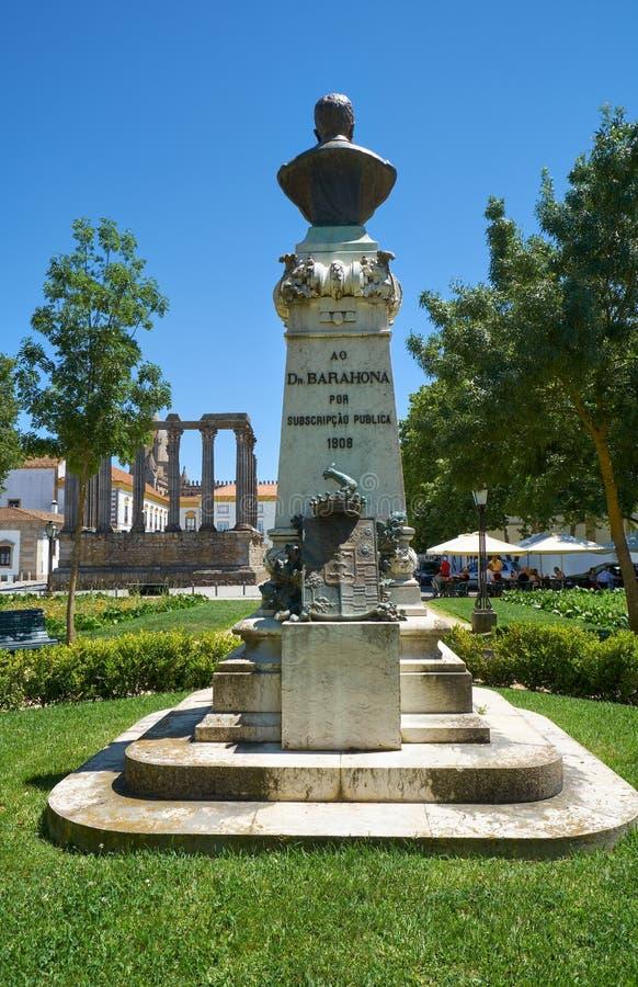 O monumento do Dr. Barahona no jardim de Diana Évora Porta imagens de stock royalty free