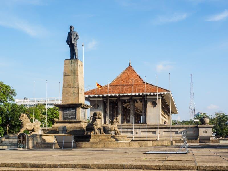 O monumento do primeiro primeiro ministro de Sri Lanka na frente da independência Salão fotos de stock
