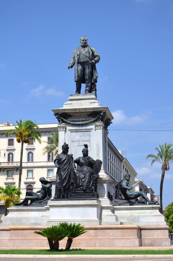 O monumento do primeiro primeiro ministro de Camillo Cavour de Itália na praça Cavour em Roma, Itália fotos de stock