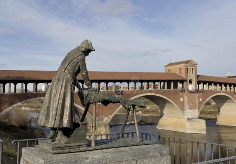 O monumento do washerwoman em Pavia imagem de stock royalty free