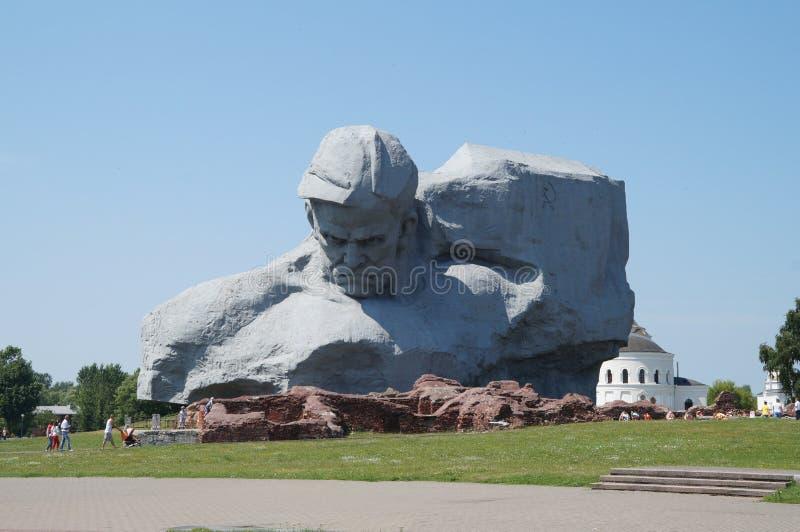 O monumento estabeleceu sobre a honra dos soldados que protegem a fortaleza de Bresta em 1941 imagens de stock