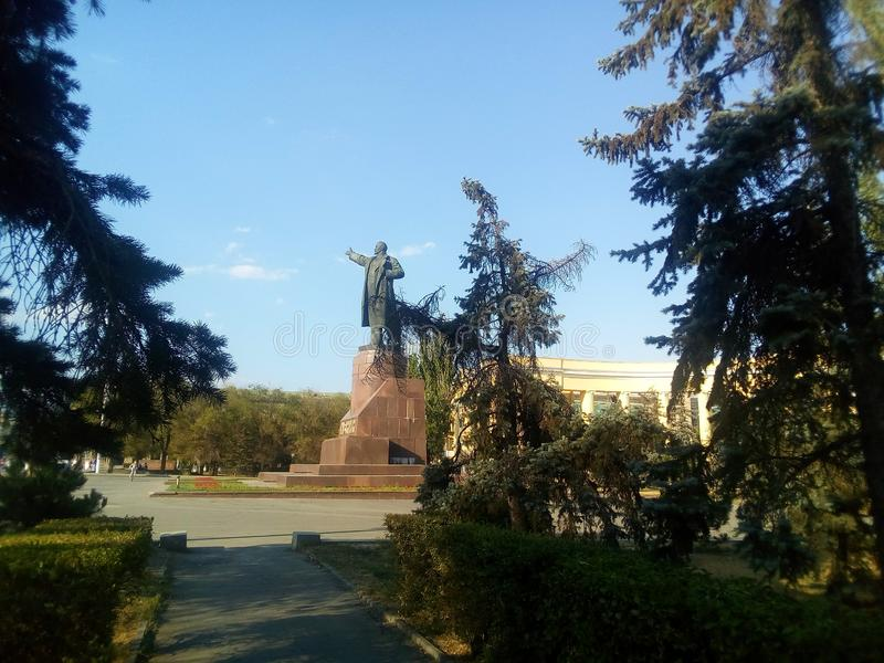 O monumento a Lenin - líder do proletariado do mundo, uma vista do parque foto de stock