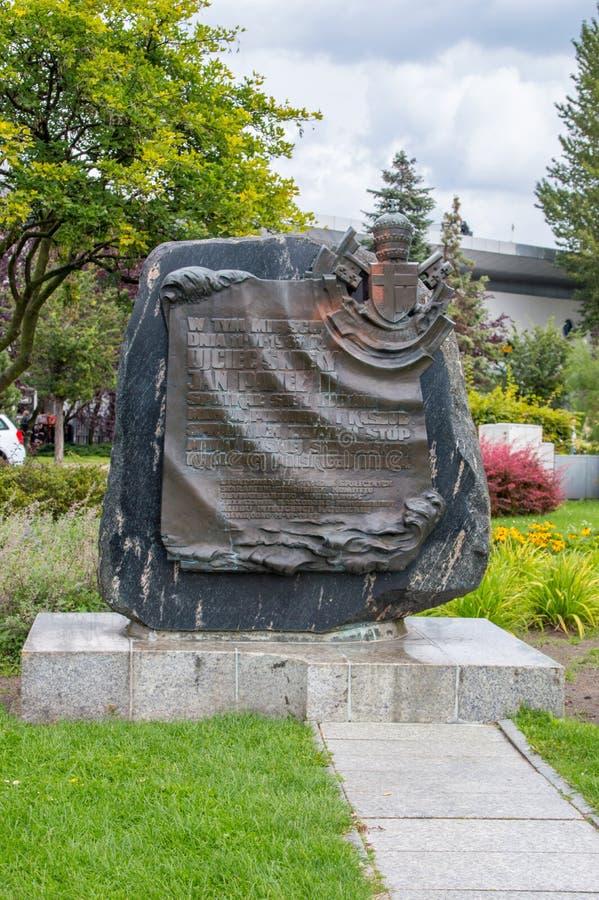 O monumento para memoriza o papa John Paul II da reunião com os povos em Gdynia no 11 de junho de 1987 imagens de stock royalty free