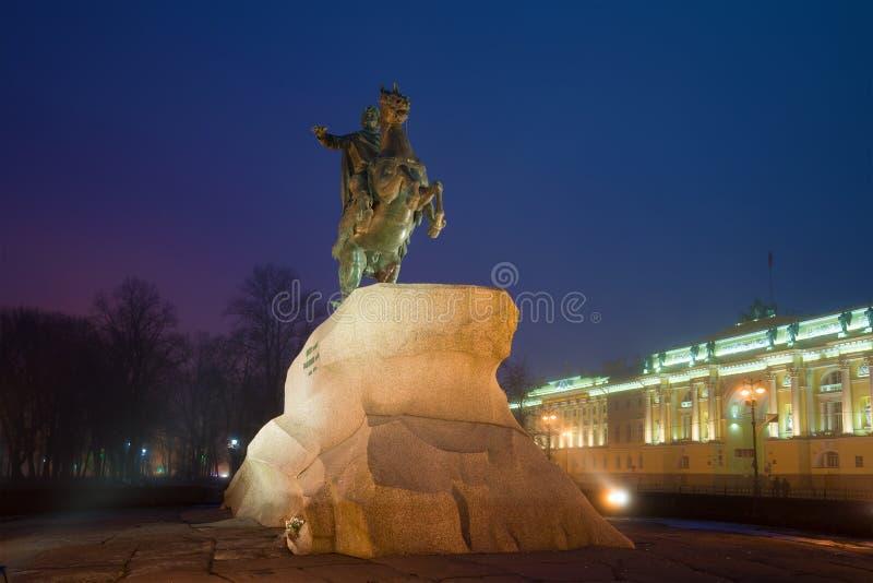 O monumento a Peter o grande cavaleiro de bronze no quadrado do Senado em uma noite nevoenta de março St Petersburg, Rússia imagem de stock