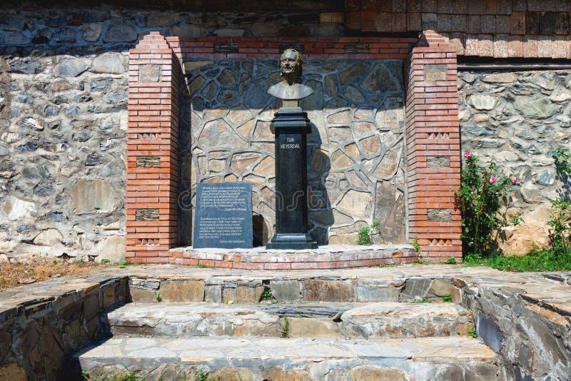 O monumento a Thor Heyerdahl, em Sheki imagens de stock royalty free