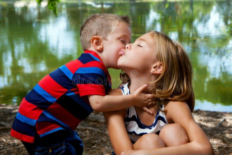 O mordente de Kisses Big Sister do irmão mais novo fotos de stock