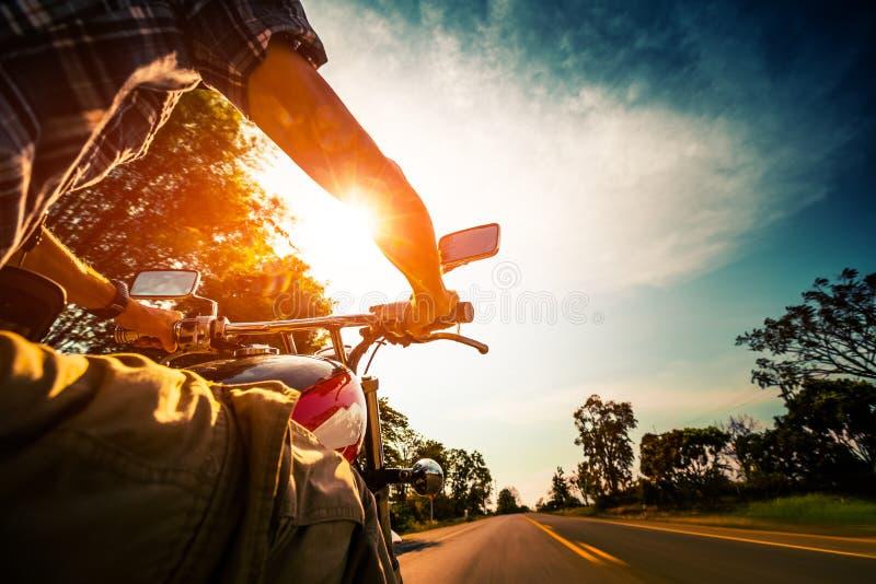 O motociclista monta a motocicleta foto de stock royalty free