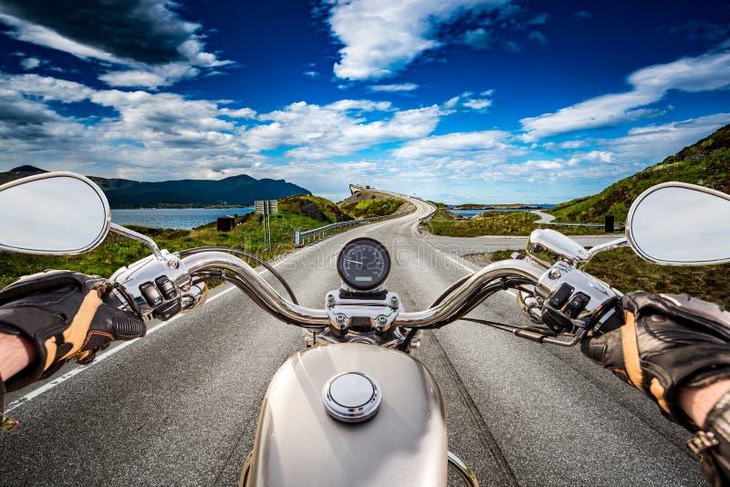 O motociclista monta uma estrada com a estrada de Oceano Atlântico em Noruega Primeiro-por imagem de stock royalty free