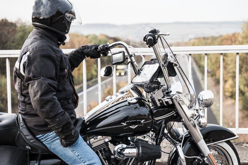 O motociclista olha a estrada imagem de stock royalty free
