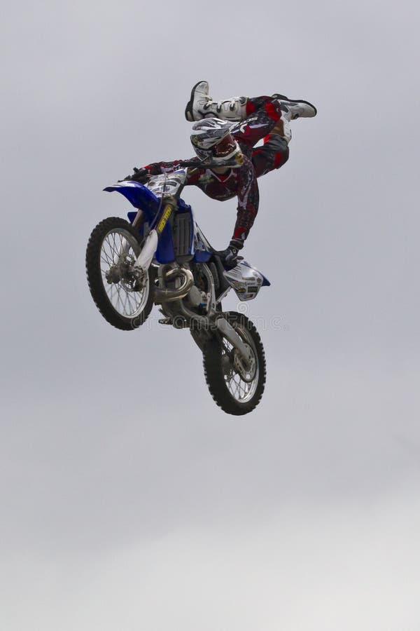 O motociclista transversal da sujeira de Moto executa o truque foto de stock