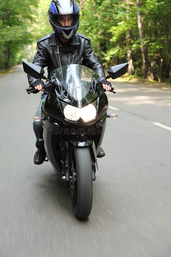 O motociclista vai na estrada fotografia de stock royalty free