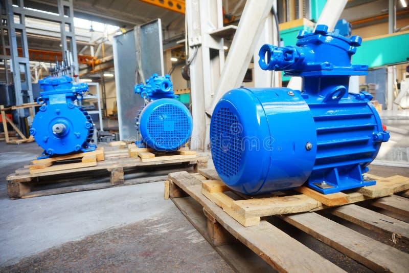 O motor bonde é novo, azul no estoque na cremalheira fotografia de stock royalty free