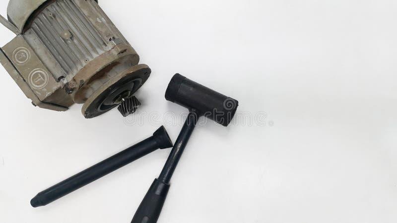 O motor bonde com pinhão e o martelo preto para o reparo e a revisão viajam de automóvel a engrenagem imagens de stock