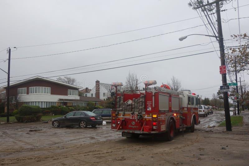 O motor 276 de FDNY ajudou residentes do Queens após a devastação maciça no rescaldo do furacão Sandy imagens de stock