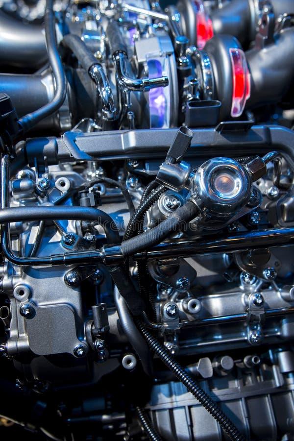 O motor poderoso de um carro desportivo imagens de stock