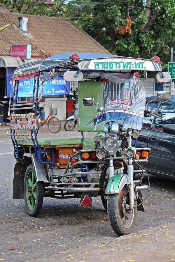 o Motor-triciclo esteja estacionando fotos de stock
